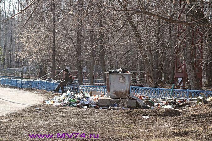 Мусор на острове в центре города Аша, Челябинская область