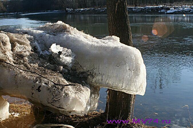 Льдины на берегу реки Сим, город Аша, Челябинская область